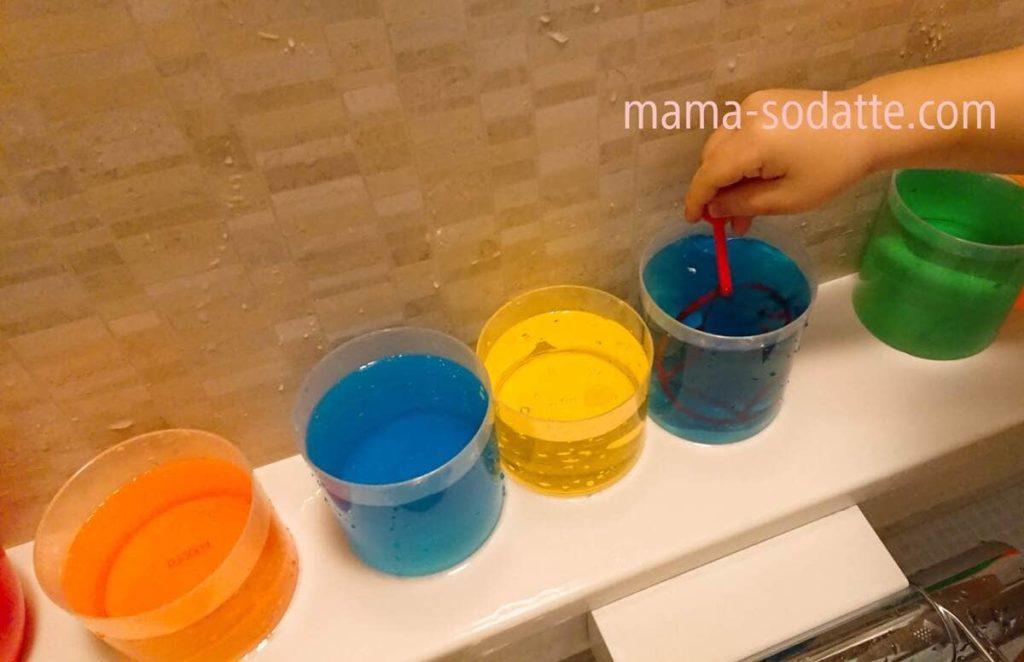 色々な色水を作って並べた様子