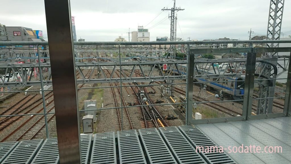 所沢駅南改札屋外デッキから見える電車