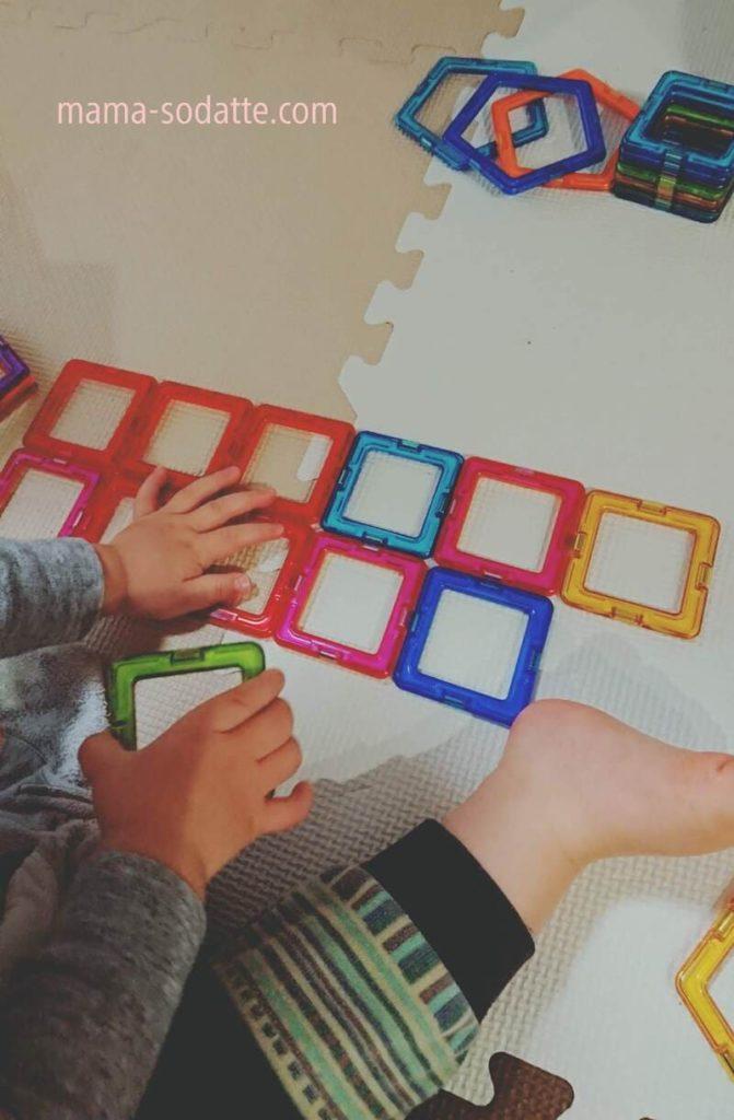 マグフォーマーの正方形パーツをパズルのようにして平面で遊ぶ様子