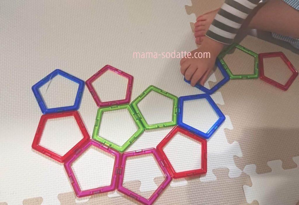 2歳過ぎてマグフォーマーの五角形パーツを花のように並べて遊ぶ様子